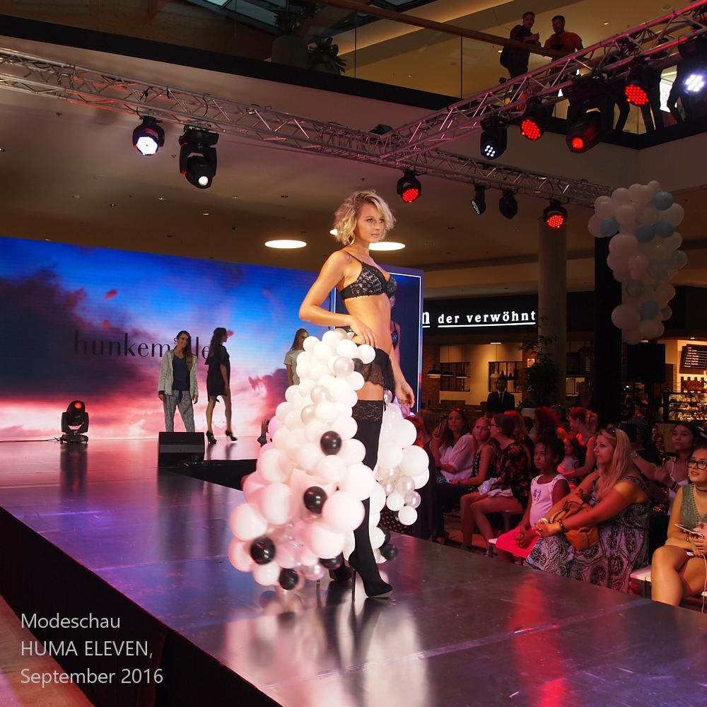 Schleppe aus Luftballons bei einer Modeschau